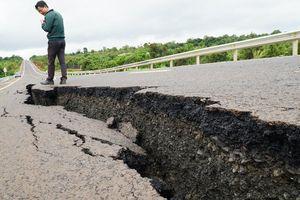 Sau trận mưa, đường 250 tỷ vừa mới làm xong nứt rộng toác ngoác