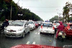 TP Vinh lại ngập sau trận mưa lớn, ô tô xếp hàng dài 'dò đường'