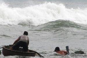 Thuyền thúng lật úp ngoài biển, 1 ngư dân thoát nạn