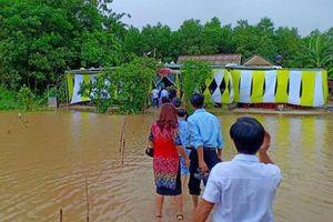 Đám cưới mùa mưa lũ, chú rể cõng cô dâu qua đường ngập, khách mời băng nước ngập dự ngày vui