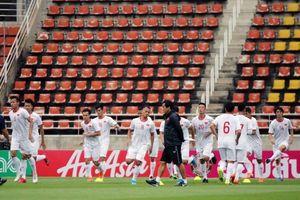 Tuyển Việt Nam vui vẻ tập làm quen sân đấu chính với Thái Lan