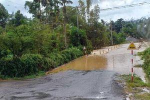 Ảnh hưởng bão số 4, quốc lộ 55 ở Lâm Đồng nước ngập sâu cả mét