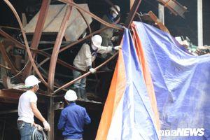 Công ty Rạng Đông: Căng bạt che chắn, phủ kín hiện trường sau cháy