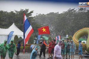 Fan cổ vũ cuồng nhiệt bất chấp thời tiết xấu trước trận Việt Nam đại chiến Thái Lan