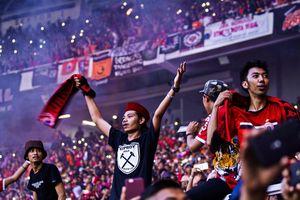 Fan Malaysia bị ném đá trên đường vào sân Indonesia