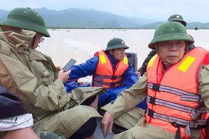 Quảng Bình: Lật ca nô, 6 cán bộ huyện Tuyên Hóa bị cuốn trôi khi đi thị sát lũ