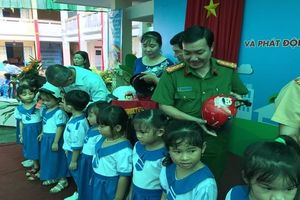 Trao tặng hơn 82 nghìn mũ bảo hiểm cho học sinh lớp 1