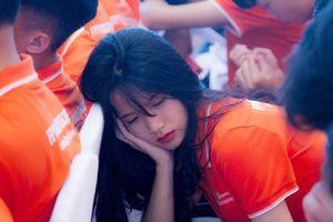 'Giả vờ' ngủ gật trong lễ khai giảng, nữ sinh FPT để lộ góc nghiêng thần thánh