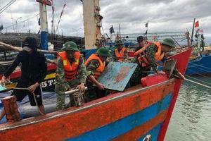 Bộ đội căng mình giúp dân ứng phó mưa bão