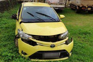 Thuê taxi chở về nhà lấy súng gí vào đầu tài xế, cướp xe