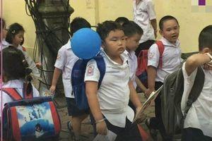 Biểu cảm 'khó đỡ' của Bi béo- con trai Xuân Bắc khi đi khai giảng