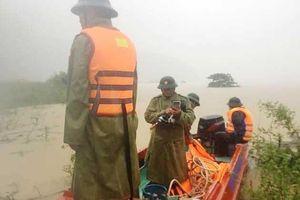 Quảng Bình: Thuyền chở Phó chủ tịch huyện đi thị sát lũ bị lật trên sông Gianh