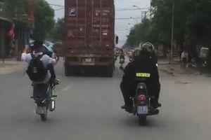 'Nín thở' với các nam sinh không đội MBH, bốc đầu xe máy náo loạn đường phố