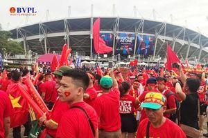 Cổ động viên Việt Nam đội mưa 'nhuộm đỏ' sân Thamasat