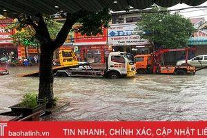 Dịch vụ cứu hộ, sửa chữa xe 'làm không hết việc' ngày mưa lũ