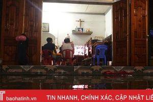 Người dân vùng lũ Hà Tĩnh lội nước, đội mưa cổ vũ đội tuyển Việt Nam