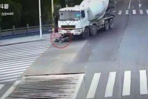 Bị xe tải chèn qua người, cô gái đi xe đạp điện thoát chết thần kỳ
