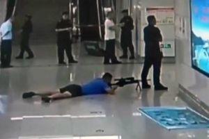Xạ thủ bắn tỉa ngay dưới chân đồng nghiệp để cứu con tin