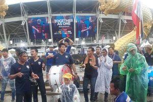 Clip: CĐV đội mưa chờ xem trận đại chiến giữa đội tuyển Việt Nam và Thái Lan