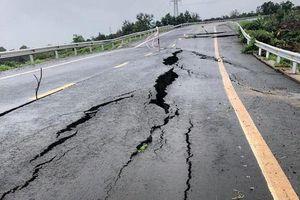 Đường gần 250 tỷ vừa làm xong đã nứt toác hàng trăm mét vì mưa lớn