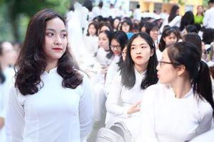 Nữ sinh trường THPT Phan Đình Phùng duyên dáng trong tà áo dài, rạng rỡ nhân ngày khai giảng năm học mới