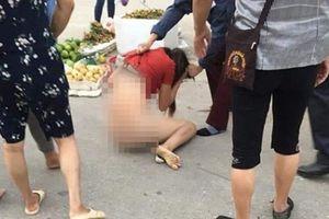 Xôn xao hình ảnh cô gái trẻ bị túm tóc lột quần áo ngay giữa đường nghi do ghen tuông