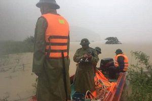 Quảng Bình: Lật ca nô khi đi thị sát vùng lũ, đoàn lãnh đạo huyện Tuyên Hóa may mắn thoát nạn