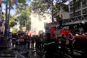 Giải cứu 2 người bị mắc kẹt trong vụ cháy nhà 4 tầng ở khu Chợ Lớn