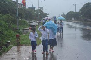 Không biết hoãn khai giảng, học sinh vùng lũ Quảng Trị đội mưa đến trường