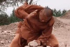 Võ sư Kung Fu đập vỡ đá chỉ bằng 2 ngón tay
