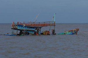 Sóng đánh chìm tàu cá, 1 người chết, 5 người mất tích