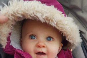 Cứu tính mạng em bé bằng cách... ngâm đầu vào thùng nước đá