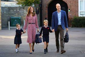 Công chúa Charlotte cực đáng yêu trong ngày đầu tiên đến lớp