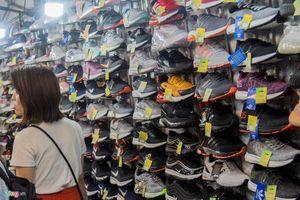 Chợ đêm Bến Thành - thủ phủ hàng nhái giá 'chát' - khách du lịch chỉ muốn đi dạo