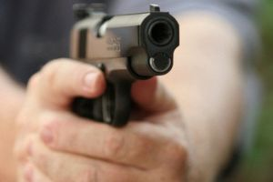 Điều tra vụ chồng đang nhậu, vợ chở trai lạ tới dùng súng bắn trọng thương