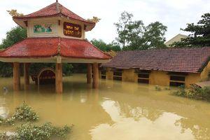 Cùng chính quyền địa phương giúp dân khắc phục hậu quả mưa lũ
