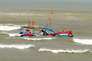 4 ngư dân trên tàu cá gặp nạn được đưa về bờ an toàn