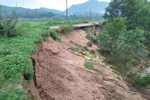 Vết nứt 'lạ' dài 100m sát sông Gianh 'chực chờ' nuốt trọn nhiều nhà dân