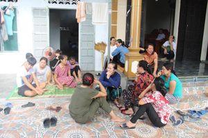 Người thân thuyền viên Nghệ An khóc ngất, chờ đợi tin tức cứu nạn từ Quảng Bình