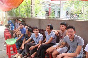 Người dân làng biển Nghệ An mong ngóng đón 4 thuyền viên được cứu sống trở về