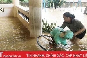 Chuyện các thầy cô giáo huyện miền núi Hà Tĩnh băng nước lũ 'giữ trường'