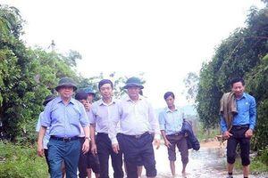 Bộ trưởng Trần Hồng Hà lội nước, thăm người dân vùng lũ Quảng Bình