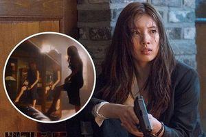 Suzy khoe chân dài miên man, kéo váy gài súng cực điêu luyện trong phim mới đóng cặp cùng Lee Seung Gi