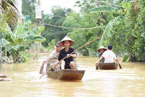 Lũ rút, nhiều nơi ở Hà Tĩnh vẫn ngập sâu 2m, cô lập