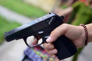 Vợ cùng trai lạ dùng súng ngắn bắn chồng ngay tại cuộc nhậu rồi lên xe tẩu thoát