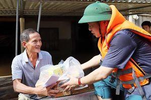 Bộ trưởng Trần Hồng Hà thăm hỏi, tặng quà người dân vùng lũ Hương Khê