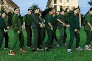 Màn nhảy ngẫu hứng 'Cô gái mở đường' trong buổi học quân sự