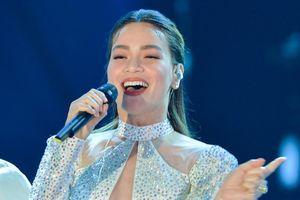 Hà Hồ mặc gợi cảm hát live 'Vẻ đẹp 4.0' tại VTV Awards