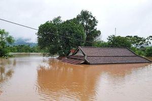 Hàng ngàn nhà dân ở miền Trung vẫn chìm trong nước lũ