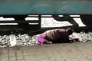 Giây phút bà cụ thoát chết dưới gầm tàu nhờ phản ứng nhanh